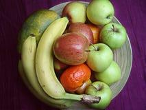 Hölzerne Schüssel mit Früchten Lizenzfreie Stockfotos