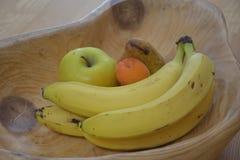 Hölzerne Schüssel mit Frucht stockfoto