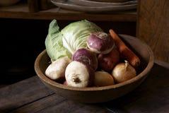 Hölzerne Schüssel mit Gemüse Stockfotografie