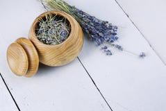 Hölzerne Schüssel mit Lavendel Stockbild