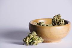 Hölzerne Schüssel mit Marihuana Lizenzfreies Stockbild