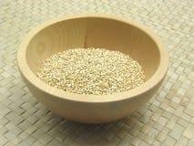 Hölzerne Schüssel mit Reismelde lizenzfreies stockfoto