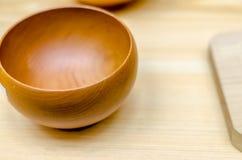 Hölzerne Schüsseln für Lebensmittel und Suppe Stockbilder