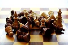 Hölzerne Schachfiguren und Brett Stockfotografie