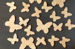 Hölzerne Schattenbilder von Schmetterlingen auf einem schwarzen Hintergrund Stockfotos