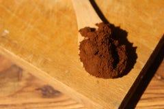 Hölzerne Schaufel mit gemahlenem Kaffee Stockbilder