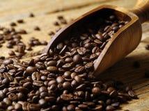 Hölzerne Schaufel und Kaffeebohnen Stockfoto