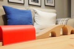Hölzerne Schiene Toy Train mit bequemem Sofa Stockfoto