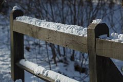Hölzerne Schiene unter Schnee Stockbild