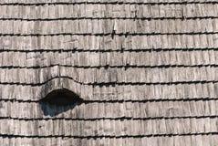 Hölzerne Schindelbeschaffenheit des Dachs Stockfotos