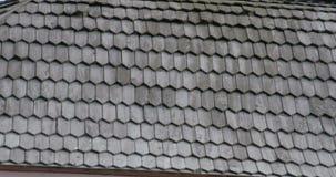 Hölzerne Schindeldächer der schwarzen Zeder eines Hauses FS700 4K stock video
