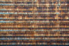 Hölzerne Schindeln auf Seite eines Gebäudes Stockbilder