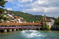Hölzerne Schleusebrücke in Thun Stockbilder