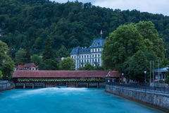 Hölzerne Schleusentorbrücke in Thun Stockbilder