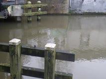 Hölzerne Schleusentoren auf dem Kanal Stockbild