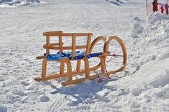 Hölzerne Schlitten auf Schnee stockbild