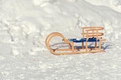 Hölzerne Schlitten auf Schnee lizenzfreie stockfotos