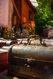 Hölzerne Schmuckkästen der Weinlese oudoors in einem warmen Sonnenlicht gezeigt Stockfotografie