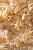 Hölzerne Schnitzel auf Holzoberfläche Stockfotografie
