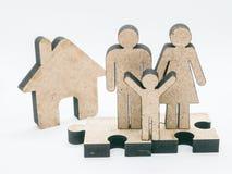 Hölzerne schnitzende Familie auf einem weißen Hintergrund Stockfotos