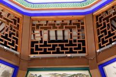 Hölzerne schnitzende Fenster-Ruzi Pavillon-Parknacht Stockbild