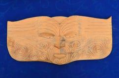 Hölzerne schnitzende Skulptur des Maori- Manngesichtes Lizenzfreie Stockbilder