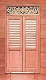 Hölzerne schnitzende Tür Abbildung der roten Lilie Lizenzfreie Stockfotografie