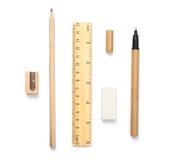 Hölzerne Schreibenswerkzeuge, Stift und Radiergummi, Regel und Bleistiftspitzer, auf whi Stockbild