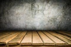 Hölzerne Schreibtischplattform und Polierbetondeckehintergrund Stockfoto