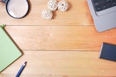 Hölzerne Schreibtischtabelle von der Spitze Stockfoto