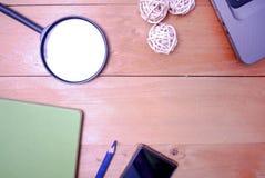 Hölzerne Schreibtischtabelle von der Spitze Stockfotografie