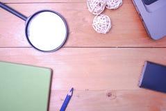 Hölzerne Schreibtischtabelle von der Spitze Stockbild