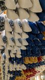 Hölzerne Schuhe, die in einem Speicher in Amsterdam hängen Stockbild