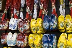 Hölzerne Schuhe einer Wand Stockfoto