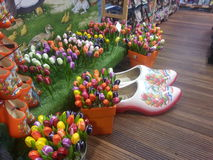 Hölzerne Schuhe und Tulpen Stockfotografie