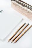 Hölzerne Schule zeichnet mit Bleistiftkasten-Bleistiftspitzer an und kopiert Raum Stockbilder