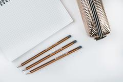 Hölzerne Schule zeichnet mit Bleistiftkasten-Bleistiftspitzer an und kopiert Raum Lizenzfreie Stockbilder