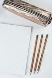 Hölzerne Schule zeichnet mit Bleistiftkasten-Bleistiftspitzer an und kopiert Raum Lizenzfreies Stockbild