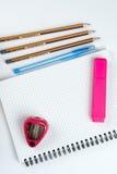 Hölzerne Schule zeichnet mit Bleistiftkasten-Bleistiftspitzer an und kopiert Raum Stockfotografie
