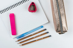 Hölzerne Schule zeichnet mit Bleistiftkasten-Bleistiftspitzer an und kopiert Raum Stockfotos