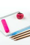 Hölzerne Schule zeichnet mit Bleistiftkasten-Bleistiftspitzer an und kopiert Raum Lizenzfreie Stockfotografie