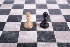 Hölzerne Schwarzweiss-Pfand auf Schachbrett Stockbilder