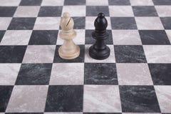 Hölzerne Schwarzweiss-Pfand auf Schachbrett Stockfoto