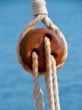 Hölzerne Seilrolle stockbild