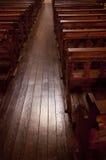 Hölzerne Sitze in einer Kirche Lizenzfreie Stockfotos