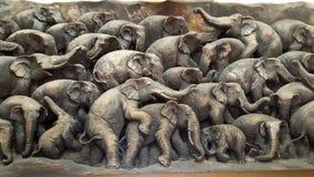 Hölzerne Skulptur der Elefantfamilie Stockfoto