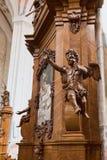 Hölzerne Skulptur des Engels an der Kirche Lizenzfreies Stockfoto