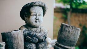 Hölzerne Skulptur des Jungen auf unscharfem Hintergrund Lizenzfreie Stockfotos