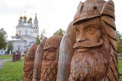 Hölzerne Skulpturen, die russische Helden im Quadrat der alten Stadt darstellen stockfotos