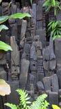 Hölzerne Skulpturen Eden Project Africans in St Austell Cornwall Lizenzfreie Stockfotografie